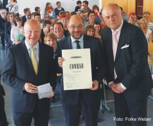Übergabe der EUROPEANA-Notenpartitur an den EU-Parlamentspräsidenten. (v.l.n.r.: Michael Theurer, Martin Schulz, Conny Conrad)